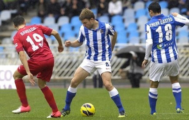 Illarramendi controla el balón delante de Barrada.