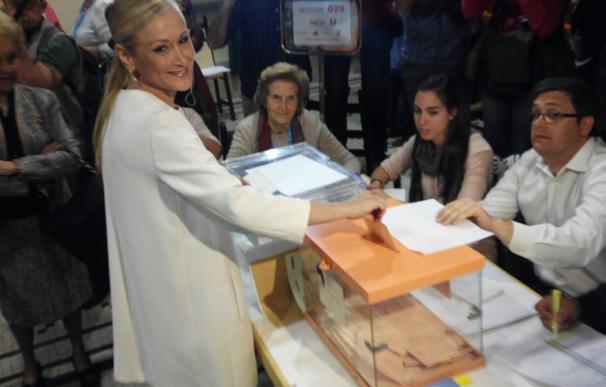 """Cifuentes vota en unas elecciones """"muy especiales"""" en las que espera que participe """"el mayor número de madrileños"""""""