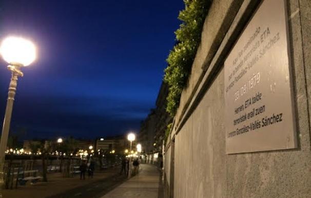 """Covite coloca de madrugada """"placas clandestinas"""" en recuerdo de los 96 asesinados por terrorismo en San Sebastián"""