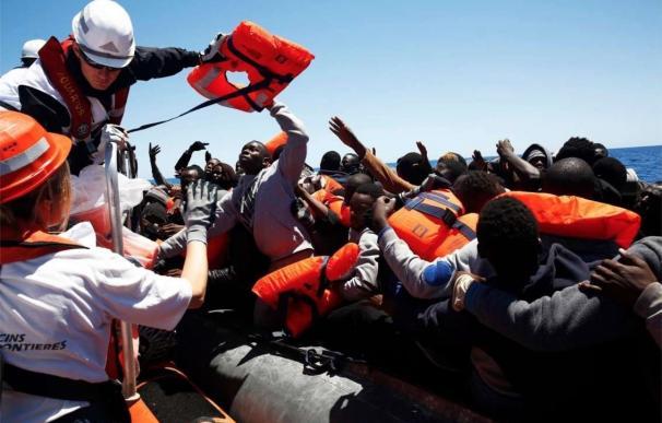 La Marina libia dice que realizó disparos de advertencia a un barco de MSF frente a sus costas