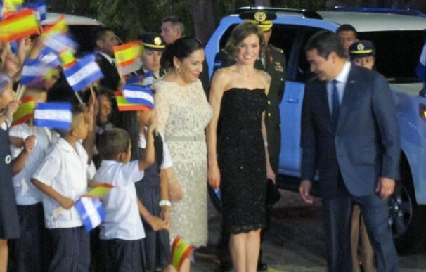"""La Reina muestra su """"implicación directa"""" con la cooperación española como """"compromiso"""" de lucha contra la pobreza"""