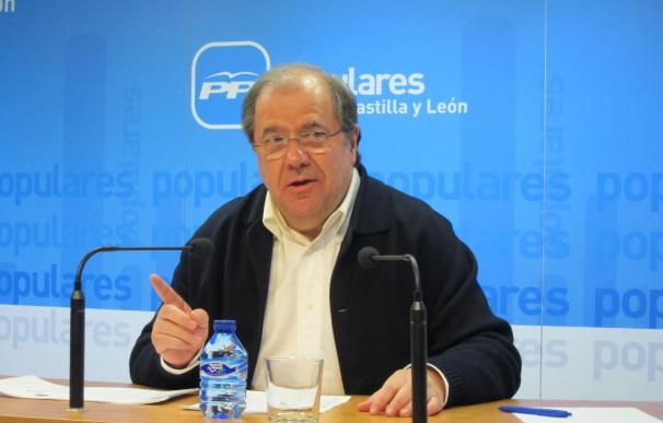 """Rajoy y Herrera charlan tras el consejo del presidente de CyL de que se mire al """"espejo"""" antes de decidir su candidata"""
