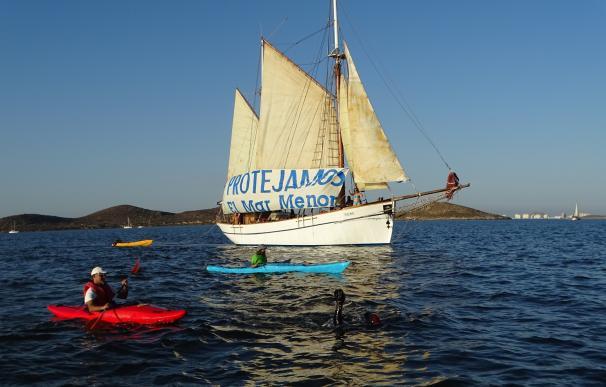 El nadador Carlos Peña completa a nado el Mar Menor para pedir la conservación de la laguna