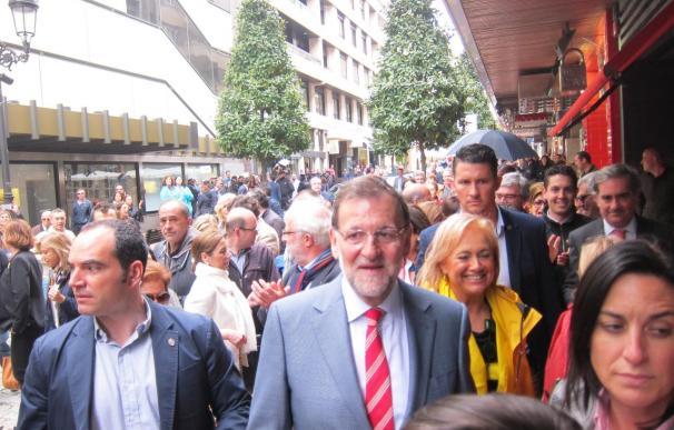 Rajoy pasea por Oviedo entre muestras de apoyo, abucheos y gritos de 'ladrón'