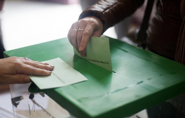 Un ciudadano deposita su voto en unas elecciones (archivo)
