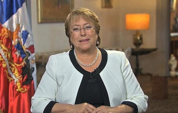 El apoyo a Bachelet cae en medio del escándalo por el crédito millonario de su hijo