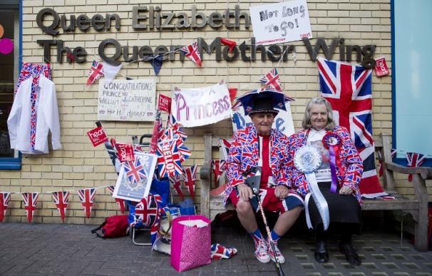 Una pareja de británicos espera el nacimiento del segundo bebé de los duques de Cambridge