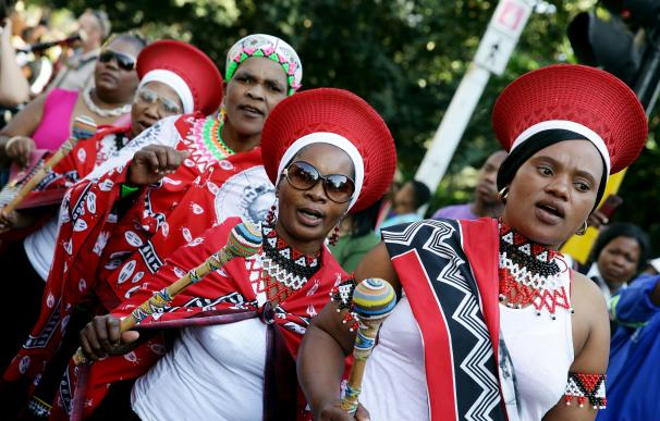 Un grupo de mujeres de Zimbabue celebra el Día de África