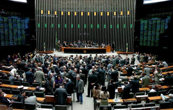 Graban a un congresista brasileño viendo un vídeo pornográfico en su móvil durante una sesión en el Parlamento
