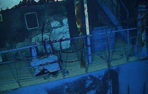 Sellado con éxito un primer punto de fuga del pesquero hundido Oleg Naydenov