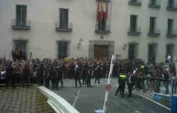 Más de medio centenar de antidisturbios tratan de acabar con la sentada de los 'indignados' en la Casa de la Villa