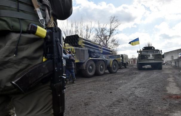 Soldados ucranianos conducen un lanzamisiles Uragan camino de la ciudad del este de Ucrania, Artemvisk