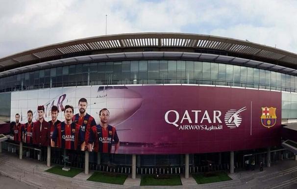 La fachada del Camp Nou, renovada con la nueva imagen de Qatar Airways