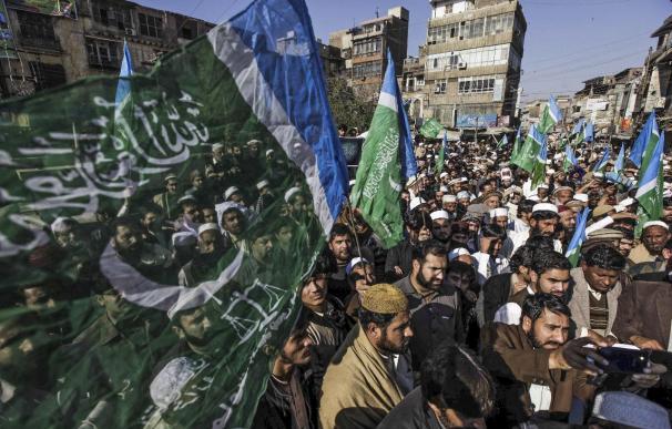 Al menos 2 heridos de bala en una protesta en el consulado francés en Pakistán