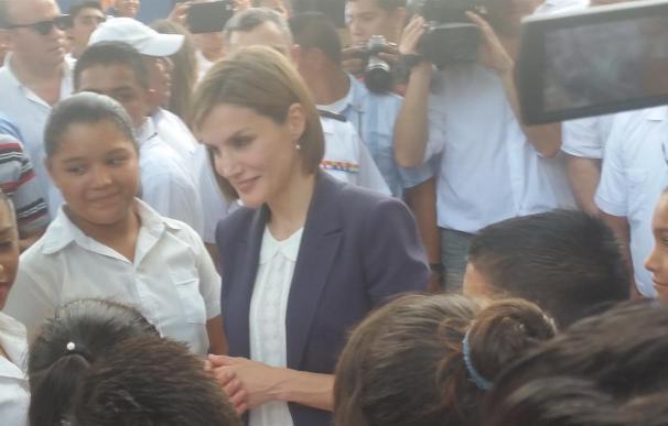 La Reina de España apoya la investigación contra la enfermedad renal crónica en el sureste de El Salvador