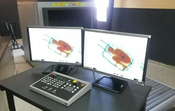 La instructora del caso del niño hallado en una maleta en Ceuta toma muestras de ADN a su madre