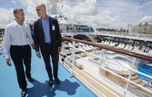 Llega el crucero 'Insignia', con 900 pasajeros, fruto de colaboración de Consistorio y Puerto