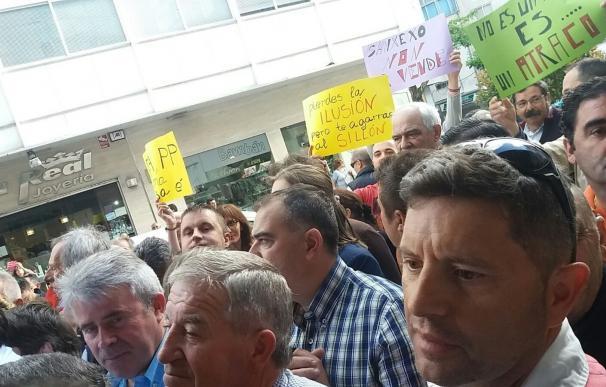 Gonzalo Pita formaliza, entre protestas, la renuncia previa a que Telmo Martín (PP) recupere la Alcaldía de Sanxenxo