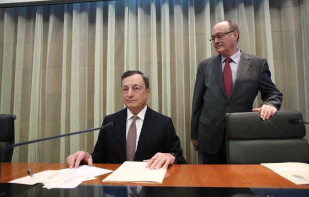 (Ampl.) Draghi defiende mantener los estímulos a pesar de la recuperación y los menores riesgos