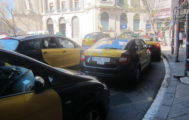 Taxistas de Barcelona protestarán en Madrid y empezarán un paro de 24 horas este martes