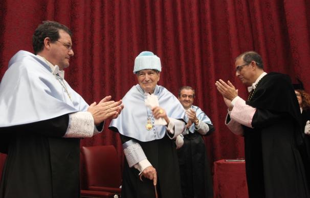 El catedrático, historiador y crítico de arte Antonio Bonet, investido Doctor Honoris Causa por la Hispalense