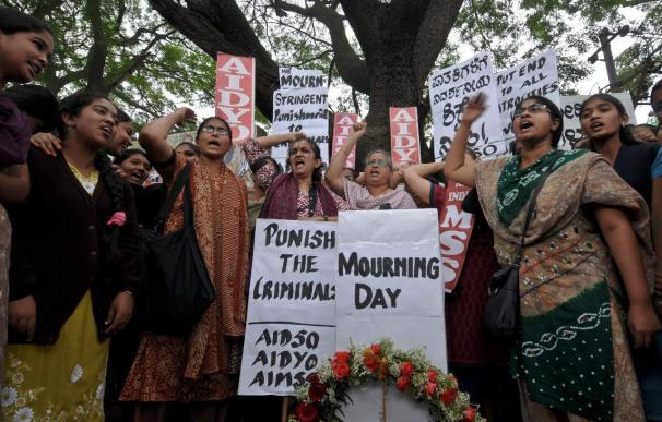 Miles de personas se manifiestan en la India en homenaje a la joven violada
