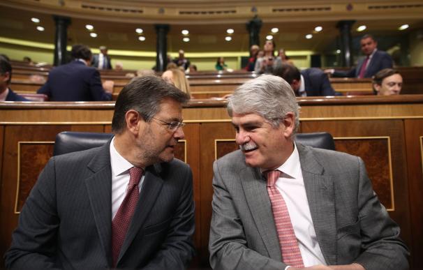 """Dastis defiende unos presupuestos """"modestos"""" y la oposición le afea escasa dedicación a los emigrantes y la cooperación"""