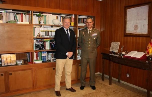 El subdelegado del Gobierno recibe a Aroldo Lázaro Ruiz, próximo jefe de la Brigada 'Guzmán El Bueno' X