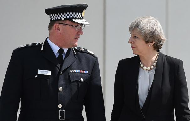 """Theresa May suspende la campaña y condena el """"atroz ataque terrorista"""" (OLI SCARFF / AFP)"""