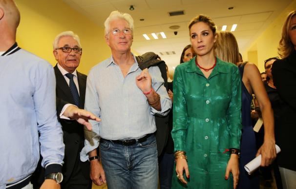 Richard Gere y Alejandra Silva sorprenden a los niños del Hospital Niño Jesús de Madrid