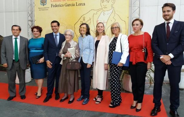 La ciudad arropa a Ida Vitale en la entrega del Premio Lorca de Poesía