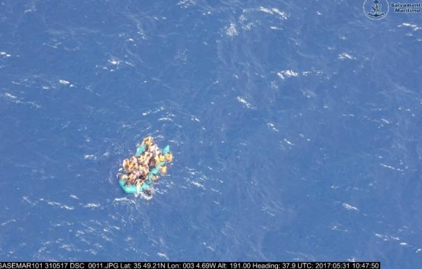 Llegan al puerto de Almería los 34 adultos y la niña rescatados de una patera en el Mar de Alborán