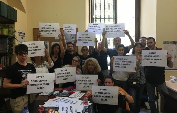 Desalojados interinos de conservatorios encerrados en el Ayuntamiento que reclaman aplazamiento de oposiciones