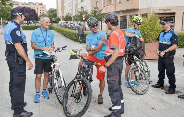 Las policías locales de Navarra reparten luces traseras y folletos a ciclistas en controles preventivos