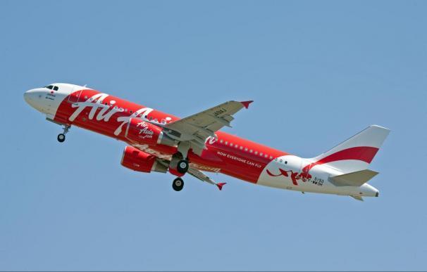 Los servicios de rescate suspenden temporalmente la búsqueda del avión por la falta de luz