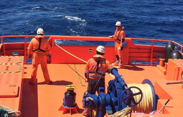 Rescatan a los 35 ocupantes de una segunda patera y avistan una tercera cerca de la isla de Alborán