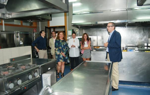 Concejales y parlamentarios comprueban el funcionamiento de la Escuela de Hostelería