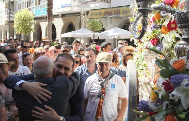 Autoridades despiden al Simpecado de la Hermandad de Emigrantes con una ofrenda floral