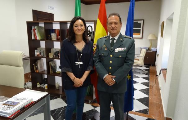 La delegada de la Junta destaca el trabajo del coronel de la Guardia Civil