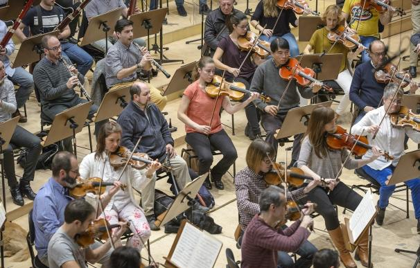 Cuatro personas ciegas de la ONCE asisten al ensayo del próximo concierto de la Orquesta RTVE con Pablo Heras-Casado