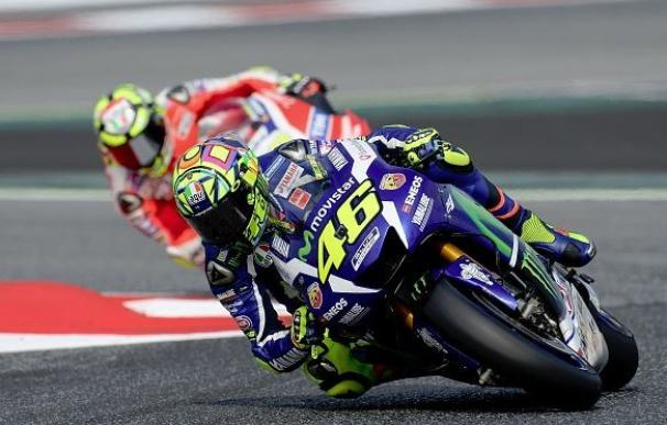 Rossi triunfa en Cataluña y Lorenzo pierde el liderato tras ser derribado por Iannone