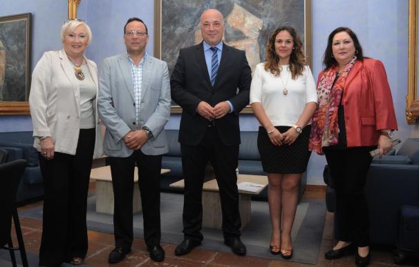 La Diputación firma de tres convenios para facilitar la gestión de los Puntos de Información al Consumidor