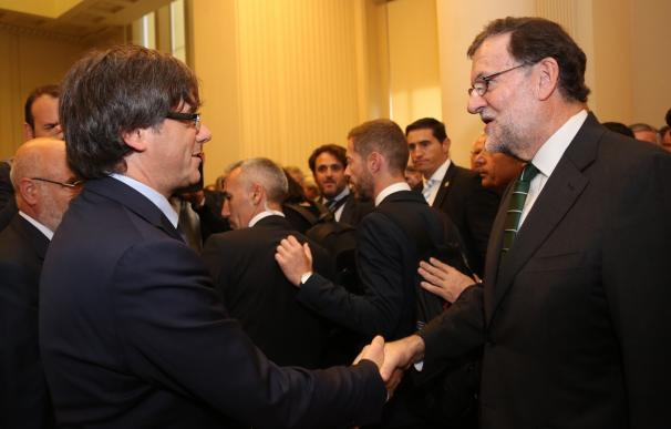Rajoy y Puigdemont se saludan en Oporto al inaugurar una exposición de Miró