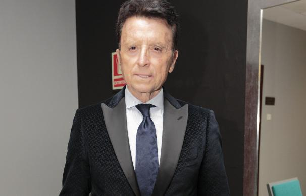 José Fernando recibe el galardón que elogia su larga trayectoria profesional