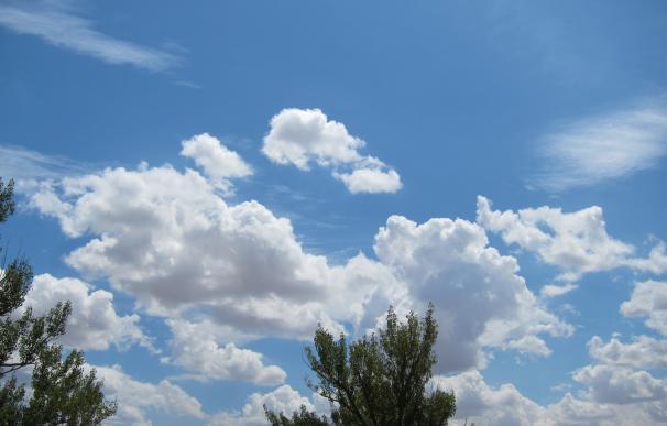Temperaturas estables y pocas nubes este lunes, con el litoral gallego y del Cantábrico con aviso por oleaje