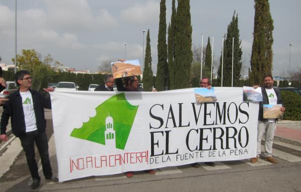 Campaña de recogida de firmas para exigir el cierre de la cantera de la Fuente de la Peña