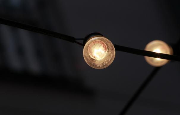 Los sobrecostes del mercado eléctrico bajaron en enero, en plena escalada de precios