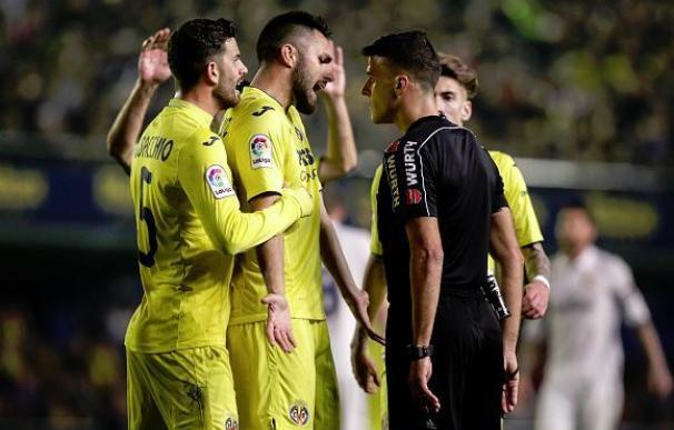 Gil Manzano explica una de sus decisiones a los jugadores del Villarreal.