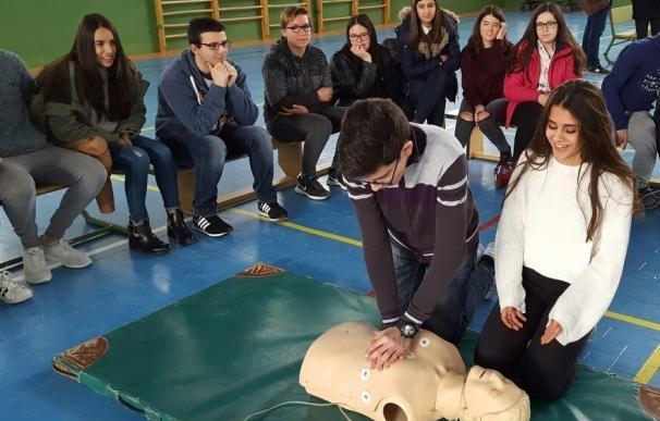 Profesionales del Hospital Sierra de Segura participan con alumnado en un taller de resucitación cardiopulmonar