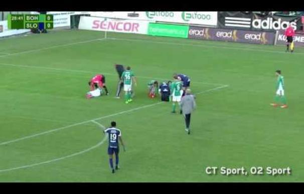 Un futbolista le salva la vida al portero rival después de un choque